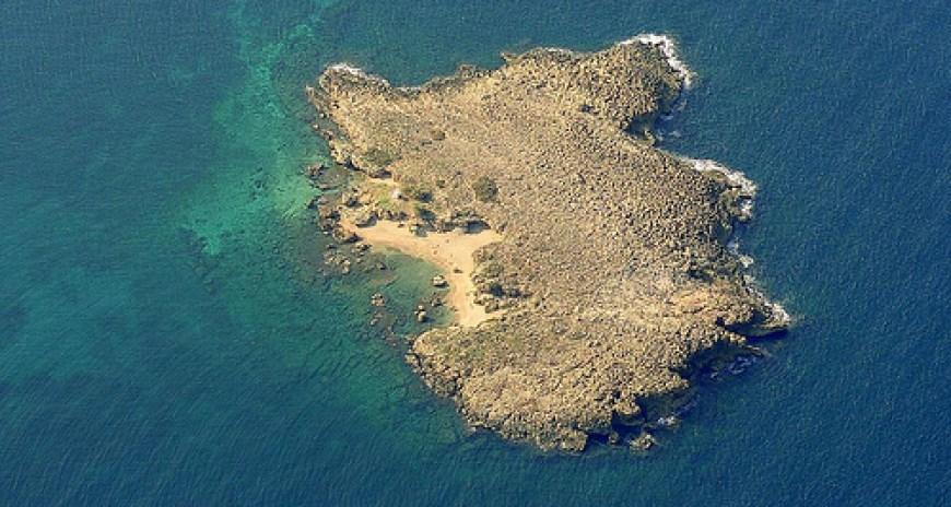 Η παραλία του νησιού Λαζαρέτα
